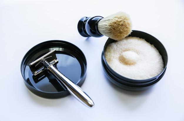 Pędzel do golenia, brzytwa i ostrze na stole. stylowy zestaw mężczyzn. pomysł na prezent. fryzjer rzeczy w sklepie.