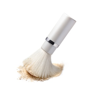 Pędzel do makijażu i puder do twarzy na białym tle