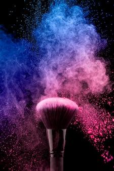 Pędzel do makijażu z kolorowym różowym proszkiem