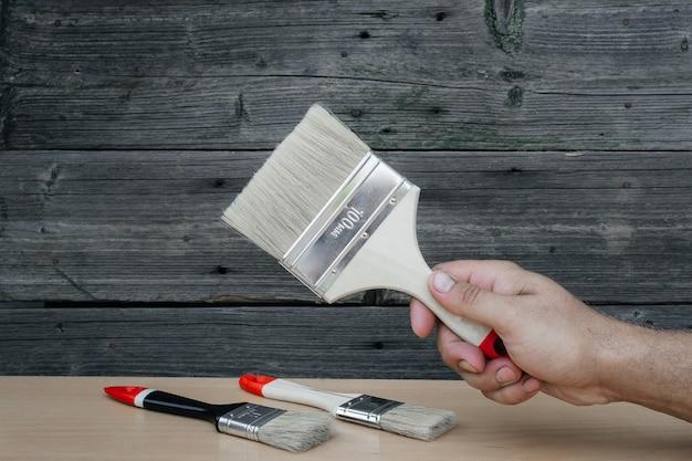 Pędzel do malowania w męskich rękach