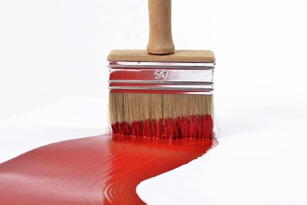 Pędzel i czerwona farba