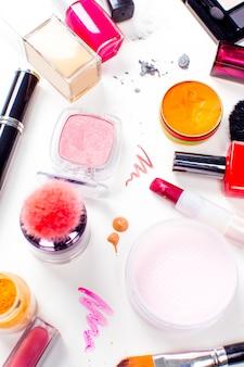 Pędzel i kosmetyk na białym tle