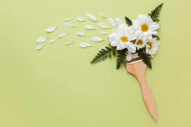 Pędzel malarski z kwiatami
