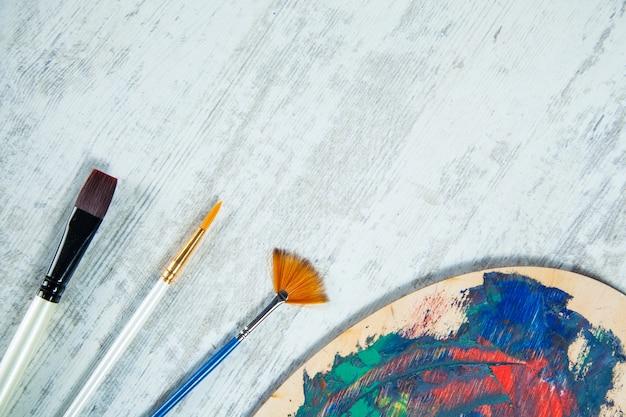 Pędzel pisze akryl farbą olejną na daszku