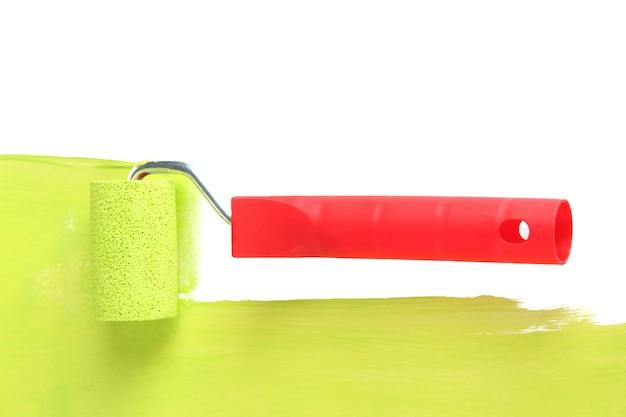 Pędzel rolkowy z zieloną farbą zbliżenie