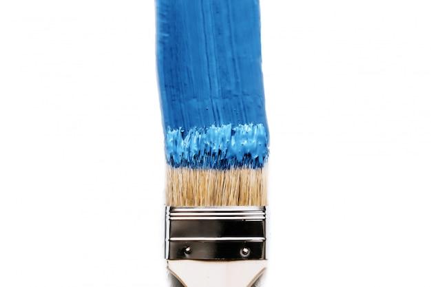 Pędzel w farbie klasyczny niebieski kolor roku 2020. izolowane pojęcie zmiany i remontu