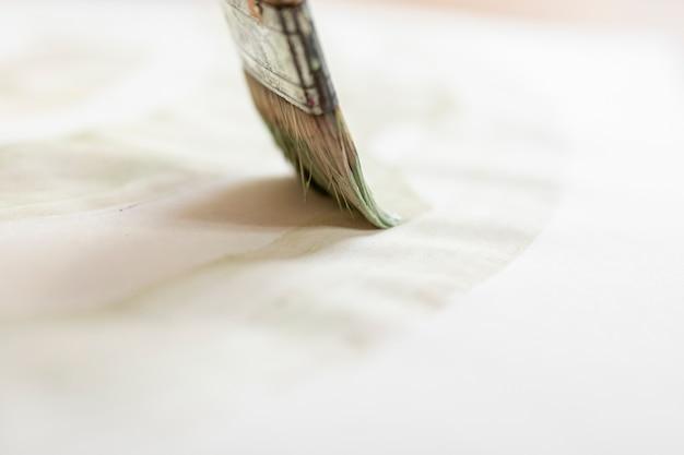 Pędzel z bliska na kartce papieru