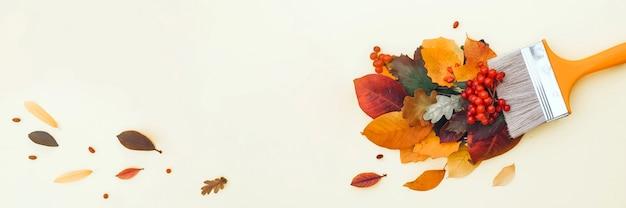 Pędzel z kolorowymi jesiennymi liśćmi, kreatywna koncepcja jesieni i opadania liści