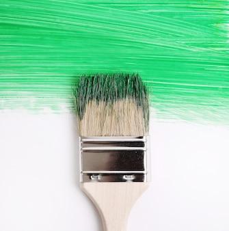 Pędzel z zieloną farbą