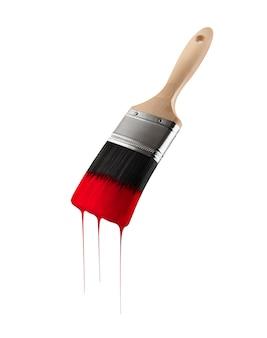 Pędzel załadowany czerwonym kolorem ociekającym z włosia. pojedynczo na białym tle.
