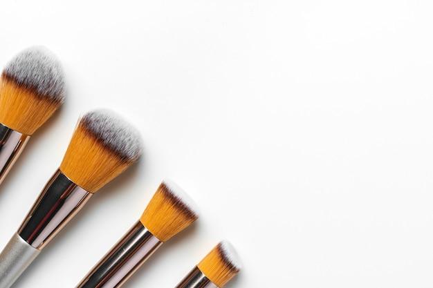 Pędzle do makijażu izolowanych na białym tle, z bliska