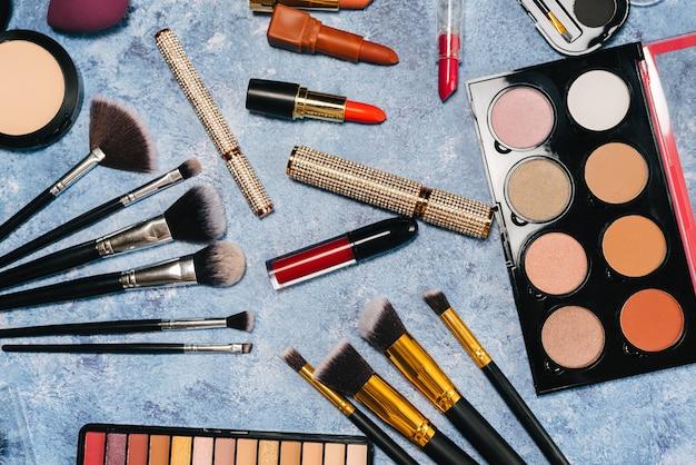 Pędzle do makijażu, kosmetyki dekoracyjne, sztuczne rzęsy. widok z góry