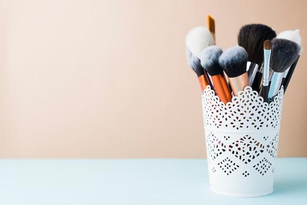 Pędzle do makijażu w filiżance lacy