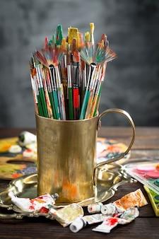 Pędzle i farby do malowania na ścianie grunge
