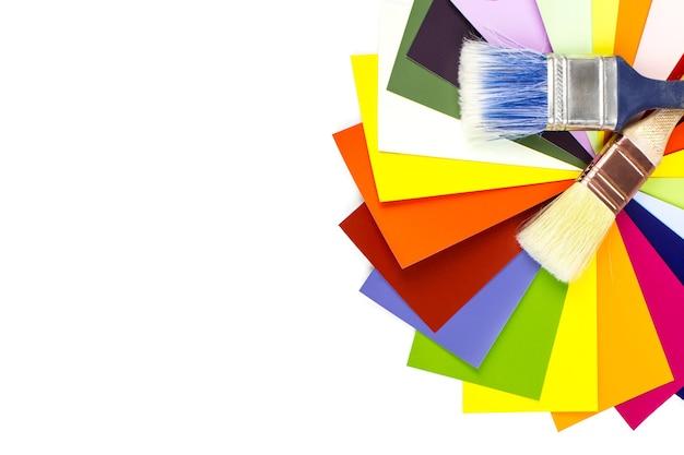 Pędzle i próbki kolorów na białym tle.