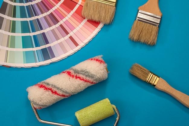 Pędzle malarskie na palecie różnych kolorów i odcieni do projektowania