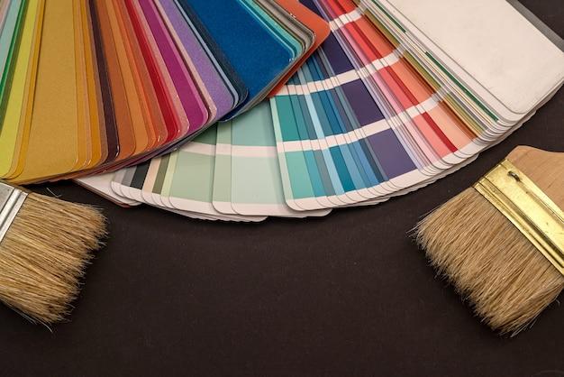 Pędzle na palecie różnych kolorów i odcieni do projektowania