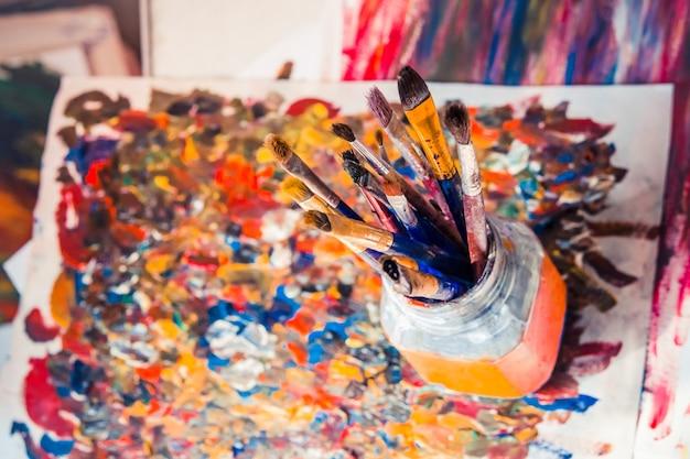 Pędzle w szkle i farby rysunkowe
