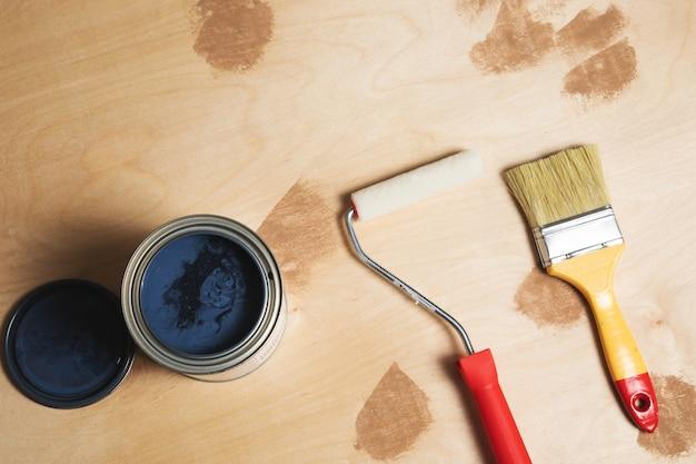 Pędzle z farbą na drewnie