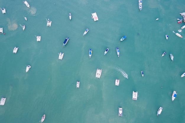 Peed łódź zaparkowana w morzu w zatoce chalong