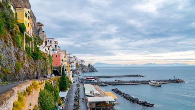 Pejzaż amalfi na wybrzeżu morza śródziemnego w godzinach porannych, włochy. podróżować.