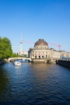 Pejzaż berlina z rzeką szprewą, wieżą telewizyjną i muzeum bodesa, niemcy
