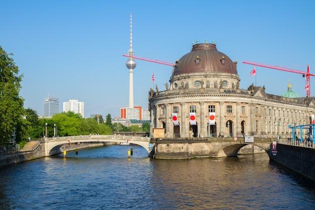 Pejzaż berlina z wieżą telewizyjną i muzeum bodesa, niemcy