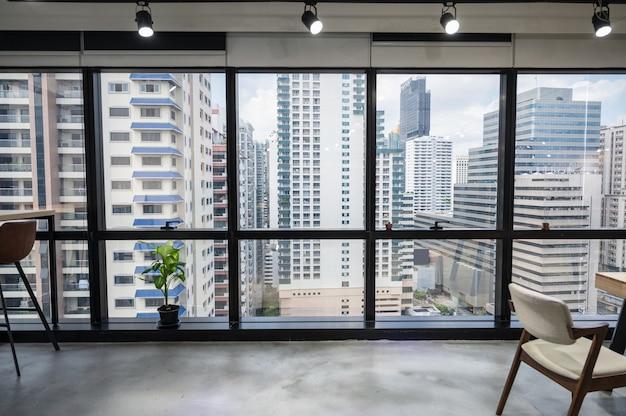 Pejzaż biura biznesowego w centrum miasta z pustej przestrzeni coworkingowej tymczasowo zamkniętej w bangkoku