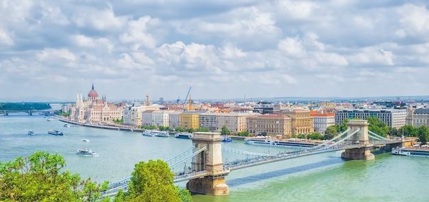 Pejzaż budapesztu z budynkiem parlamentu i mostem łańcuchowym, budapeszt, węgry