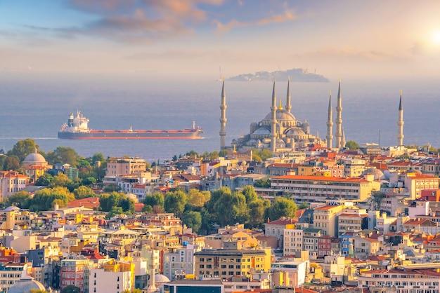 Pejzaż centrum stambułu w turcji o zachodzie słońca