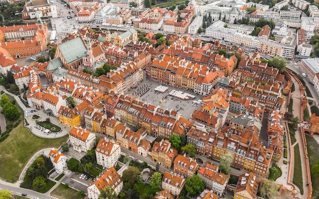 Pejzaż centrum warszawy. widok z lotu ptaka na starą część miasta?