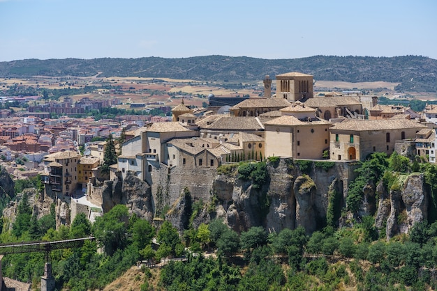 Pejzaż cuenca ze szczytu tego hiszpańskiego miasta wpisanego na listę światowego dziedzictwa unesco w słoneczny dzień.