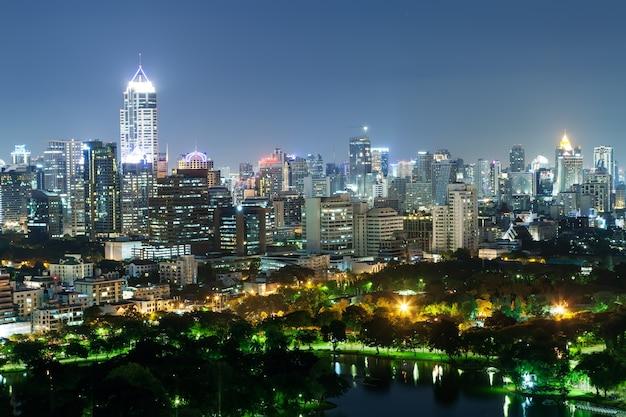Pejzaż dzielnicy biznesowej z wysokim budynku z parku. (bangkok, tajlandia)