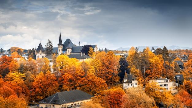 Pejzaż historyczny budynek berna w sezonie jesiennym