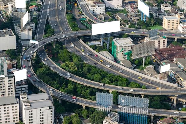 Pejzaż i transport z autostrady i ruchu w ciągu dnia z wieżowca