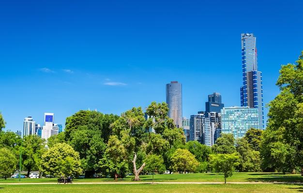 Pejzaż melbourne z parków kings domain w australii