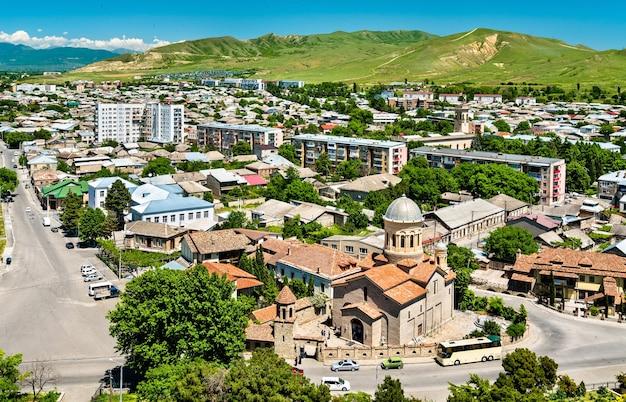 Pejzaż miasta gori z katedrą narodzenia najświętszej marii panny, gruzja