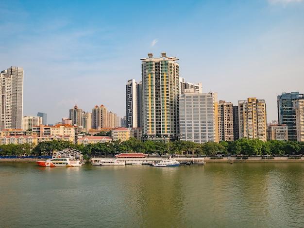 Pejzaż miasta guangzhou z perłową rzeką kanton znany również jako kanton i dawniej romanizowany jako kwangchow lub kwong chow to stolica i najbardziej zaludnione miasto prowincji guangdong