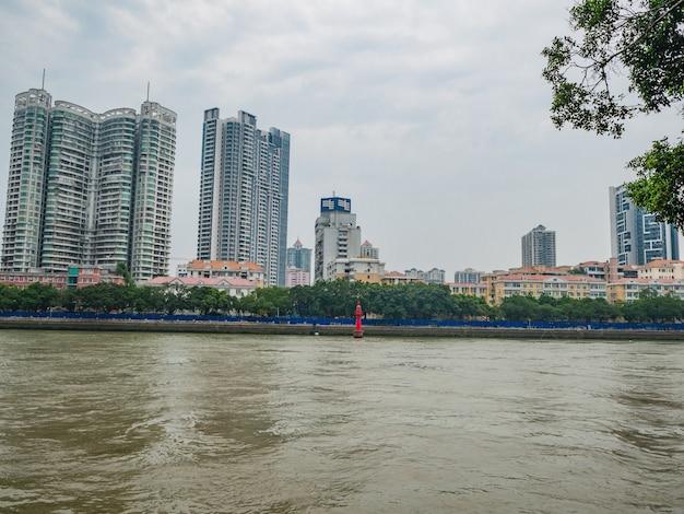 Pejzaż miasta guangzhou z perłową rzeką. kanton, znany również jako kanton, jest stolicą i najbardziej zaludnionym miastem prowincji guangdong