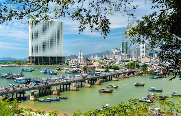 Pejzaż miasta nha trang z rzeką cai w wietnamie