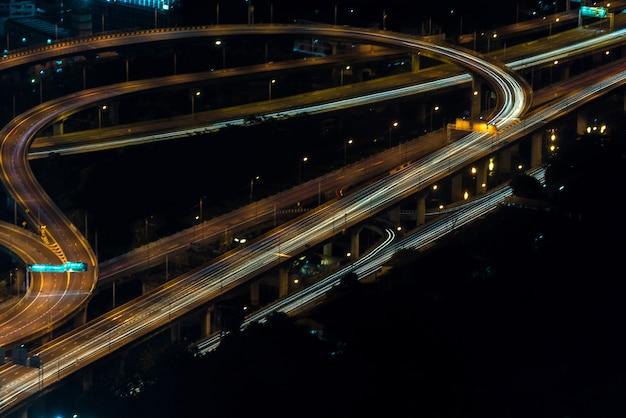 Pejzaż miejski, autostrada z światłem samochód na drodze i bangkok mieście