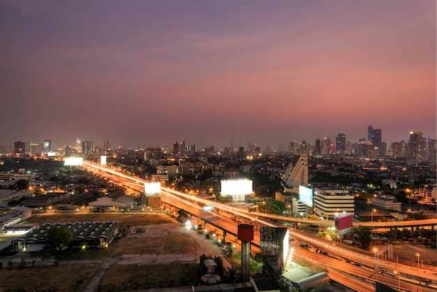 Pejzaż miejski bangkok miasto przy nocą