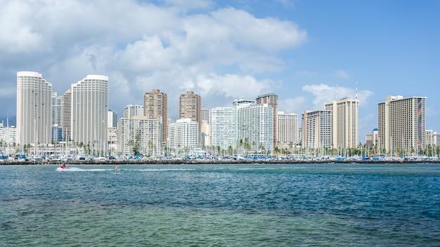 Pejzaż miejski honolulu z klubem jachtowym waikiki i nabrzeżem