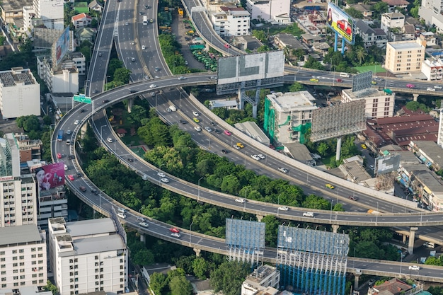 Pejzaż miejski i transport z autostradą i ruchem drogowym
