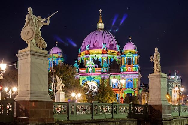 Pejzaż miejski kolorowy śródmieście berlin iluminował przy nocą podczas festiwalu świateł, berlin, niemcy