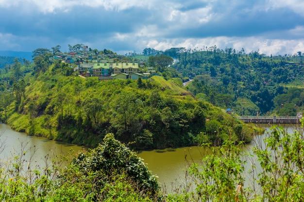 Pejzaż miejski na tropikalnej wyspie. miasto wśród zieleni.