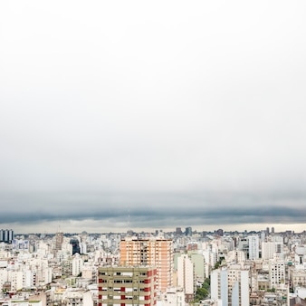 Pejzaż miejski na wysokości w pochmurny dzień
