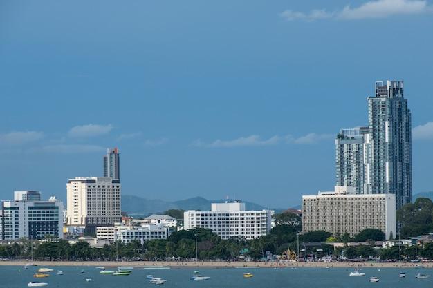 Pejzaż miejski pattaya i plaża z prędkości łodzią w tajlandia.