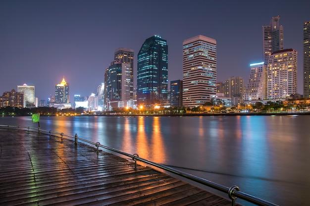 Pejzaż miejski przy nocy miasta tłem