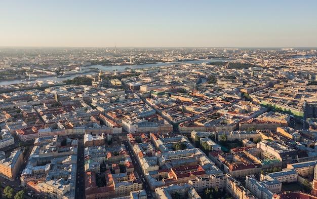 Pejzaż miejski sankt-petersburga, jednego z największych miast rosji. widok z lotu ptaka